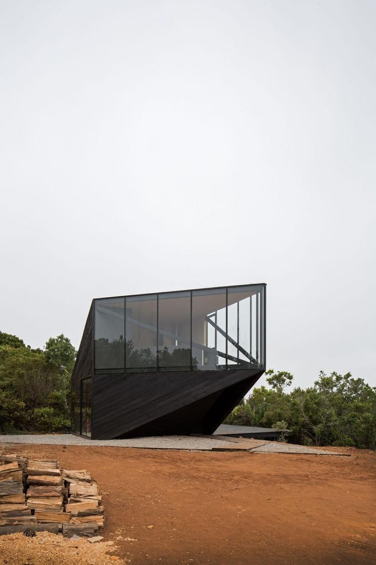 Стильный дом с угловым консольным этажом и панорамным видом на Тихий океан в Чили