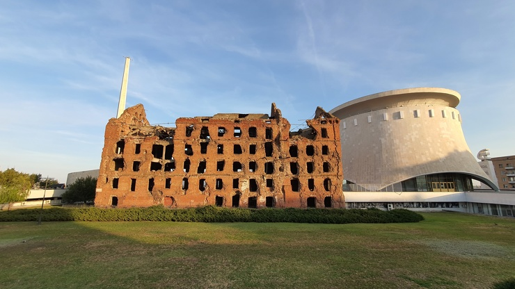 Шли по Волгограду, увидели разрушенное здание со времен войны. Рассказываю, что за здание (видео)