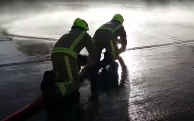 Как пожарных учат укрощать вышедший из-под контроля шланг (видео)