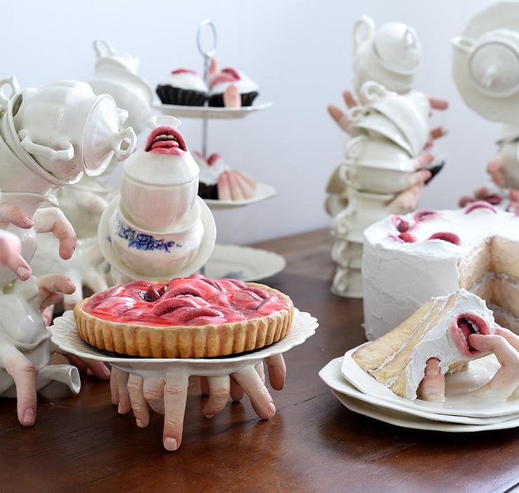 Ущипнёт или укусит? Эпатажная скульптурная посуда из керамики от Ронит Баранги