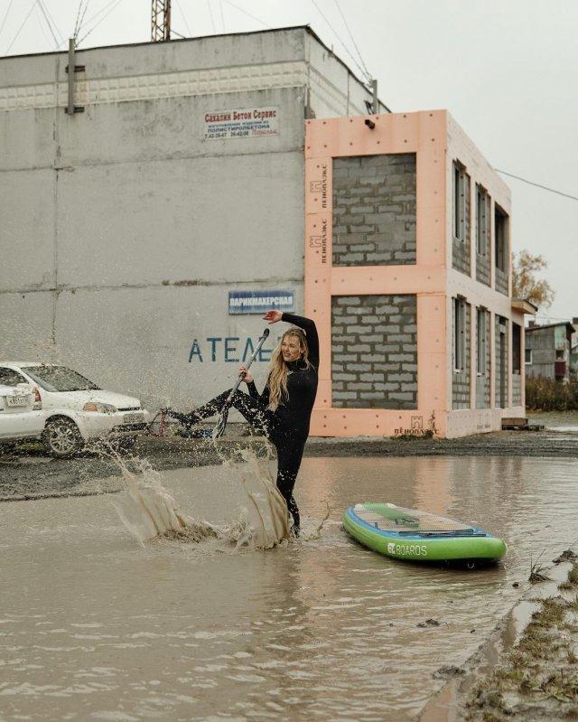 Отдых в нашем городе. На Сахалине девушки с бордами устроили фотосессию в гигантской луже  фото