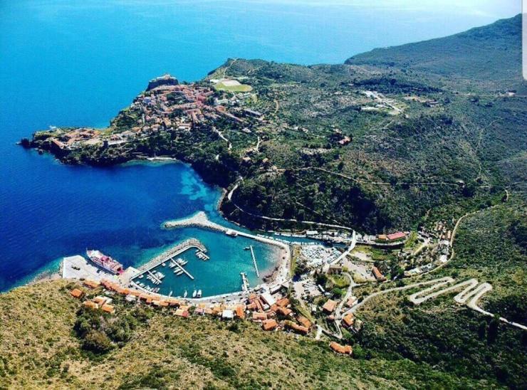 На маленьком итальянском острове произошла серия краж. Под подозрением все его жители