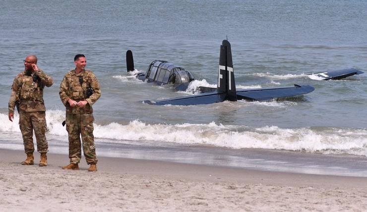 Самолет времен Второй мировой войны совершил аварийную посадку всего в нескольких метрах от пловцов (16 фото)