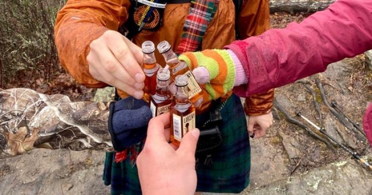 Клянусь, нас здесь четверо в сети нашли оптическую иллюзию с туристами и бутылкой, которую никто не держит