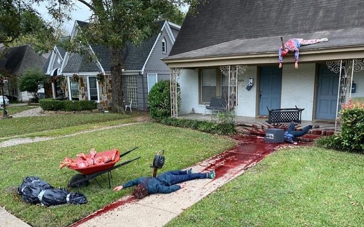 Американец к Хеллоуину украсил участок реалистичными трупами. К нему несколько раз приезжала полиция