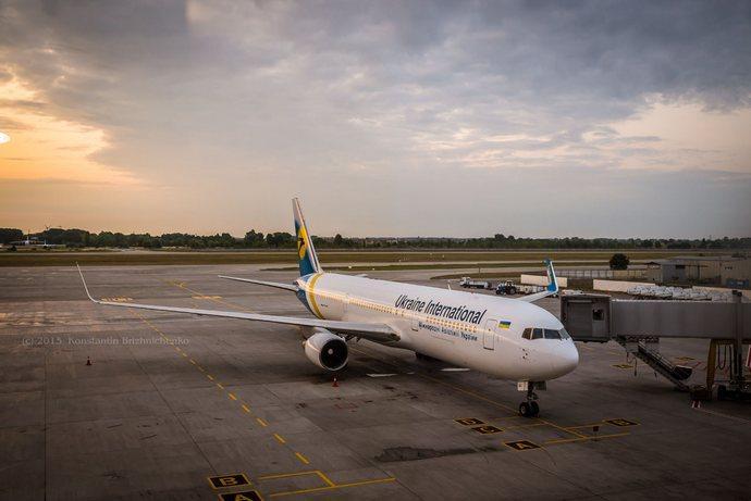 В Борисполе пассажирка вылезла на крыло самолета погреться на солнышке