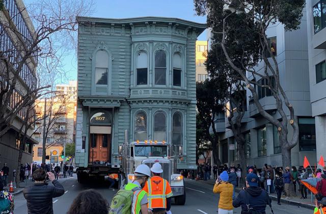Старинный дом прокатили по улицам Сан-Франциско