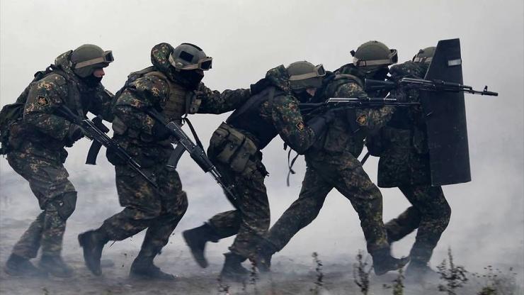 Зачем бойцы спецназа держат друг друга за плечо?