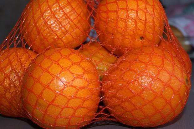 Почему апельсины продают в сетках красного цвета?