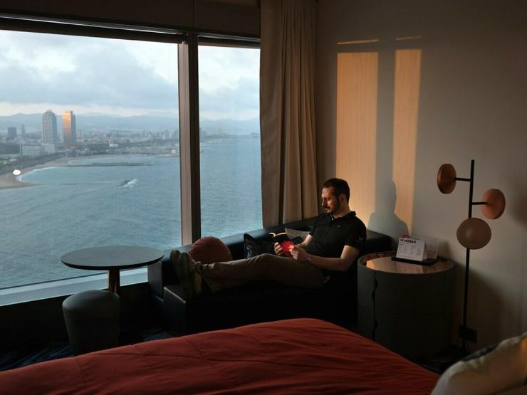 Испанец остался один в огромном отеле из-за пандемии. Он следит за зданием и раз в пять дней спускает 1400 кранов