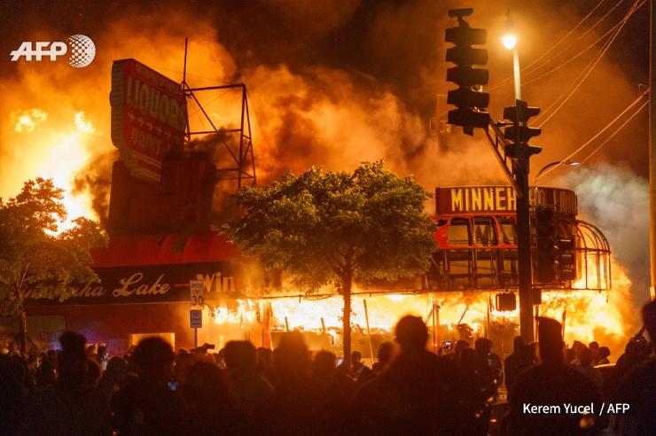 В Миннеаполисе вспыхнули беспорядки после смерти афроамериканца, задержанного полицией
