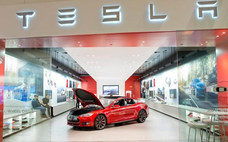 Илон Маск представил обновленную версию Tesla Model S. В машине можно играть в Cyberpunk, а Стивен Кинг уже захотел ее купить