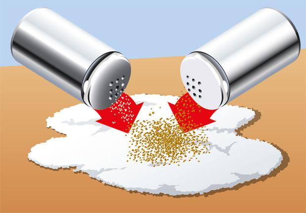 Фокус как отделить перец от соли, не прикасаясь к ним руками