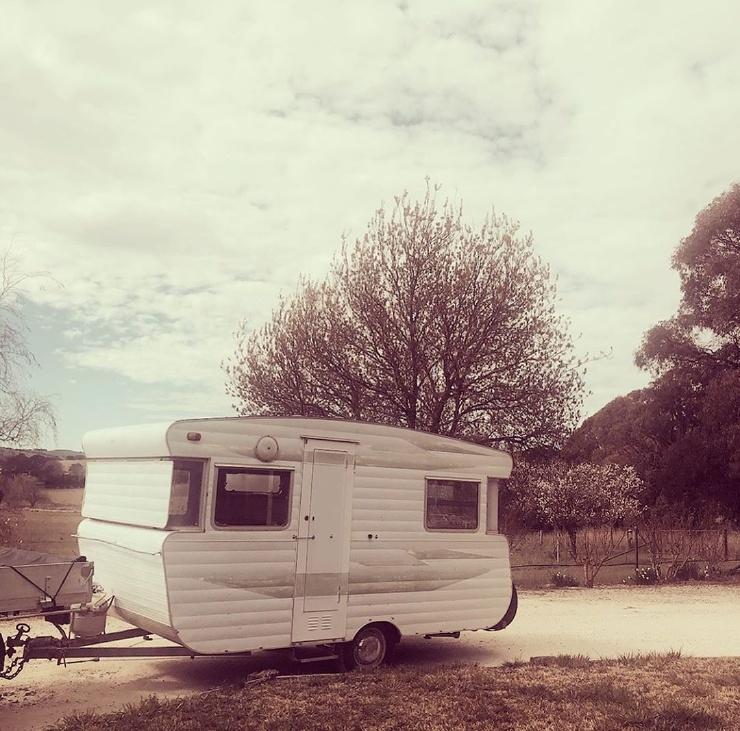 Австралийская пара преобразила старый дом на колесах, потратив всего 2500 долларов  фото  видео