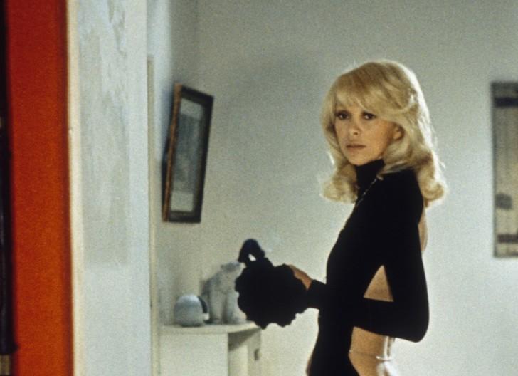 25 фото Мирей Дарк  той самой актрисы с декольте на спине из Высокого блондина в черном ботинке