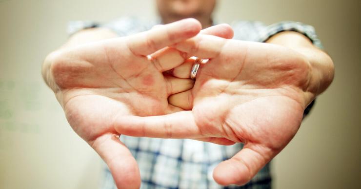 Вредно ли хрустеть пальцами и вызывает ли это проблемы с суставами?