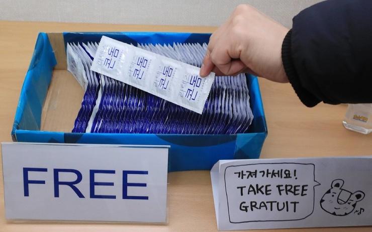 Участникам Олимпиады в Токио раздадут 150 тысяч презервативов, но запретят близкие контакты