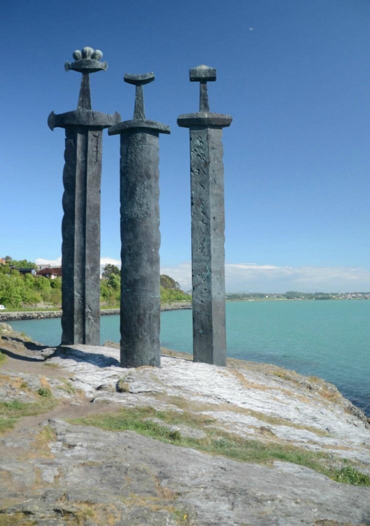 Каменные мечи (9 фото)