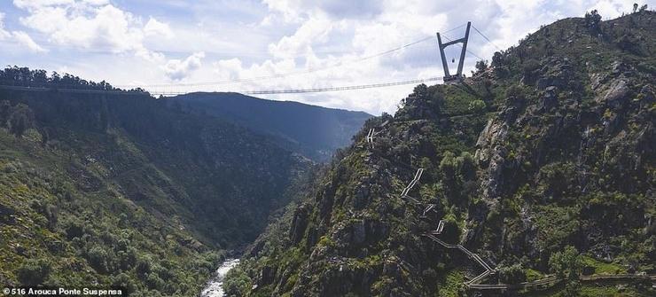 В Португалии построили пешеходный мост над ущельем, и по нему не все осмелятся пройти (видео)