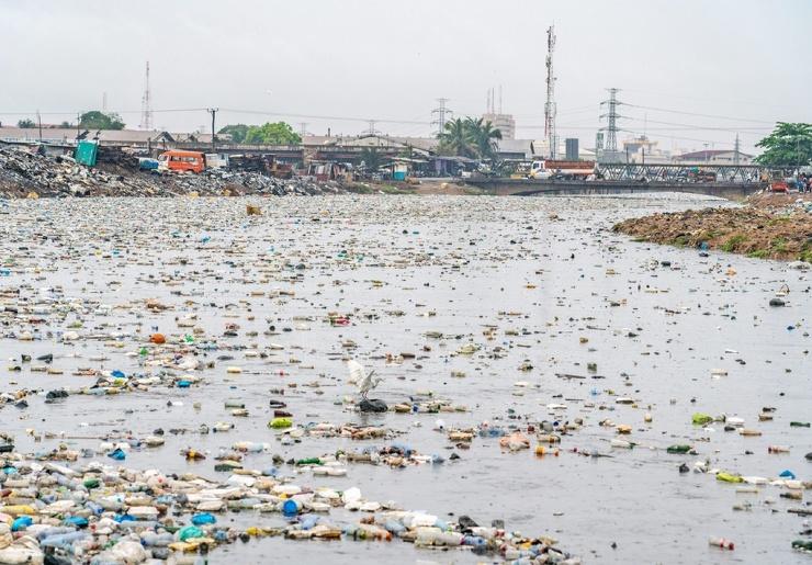 Шокирующие кадры сборщики пластиковых отходов пробираются через грязную лагуну в Гане