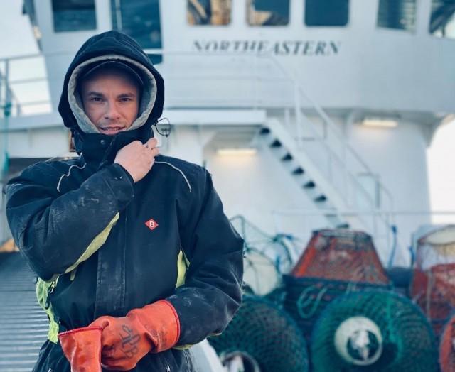 В месяц уходит пять пар перчаток, потому что крабы кусаются чем занимается и сколько зарабатывает моряк-краболов