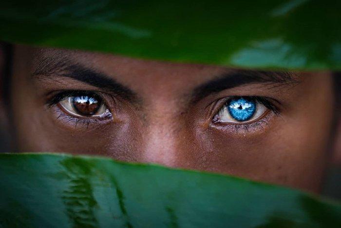 Необычные ярко-голубые глаза у людей племени бутон (12 фото)