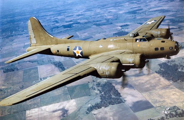 Летающая крепость как американский бомбардировщик, лишившись хвоста, долетел до базы
