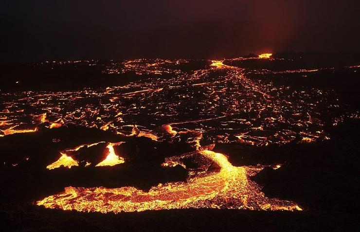 Толпы туристов прутся к исландскому вулкану, извергающемуся впервые за 6000 лет (24 фото,видео)
