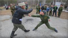 На Урале казаки учат школьников биться на ножах, метать гранаты и любить Родину. ФОТО