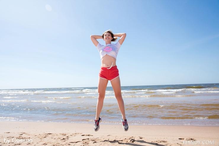 Спортивная блондинка сняла джинсовые шорты и белье на пляже
