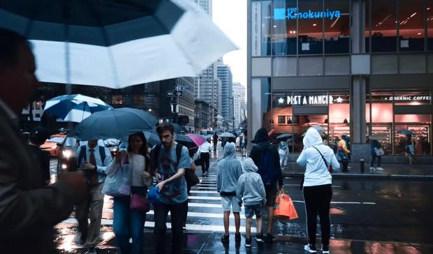 Успокаивающий YouTube-канал, на котором можно часами гулять по городам мира под дождем (видео)