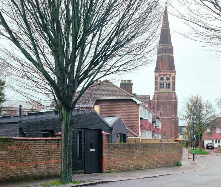 Чёрный кирпичный дом в западной части Лондона