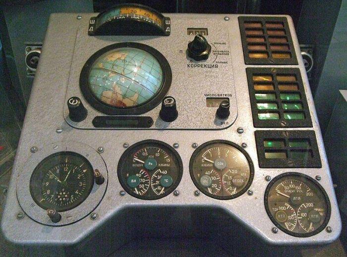 Навигационное оборудование космического корабля на шестеренках