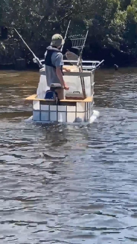 Находчивый рыбак сделал лодку с мотором из резервуара для дождевой воды  фото  видео