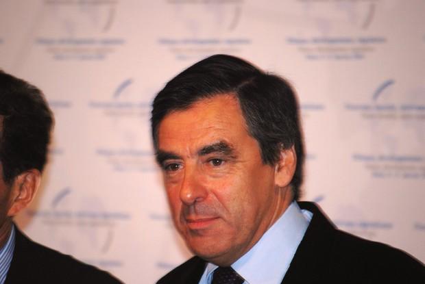 Экс-премьера Франции приговорили к тюрьме за то, что он фиктивно платил зарплату жене