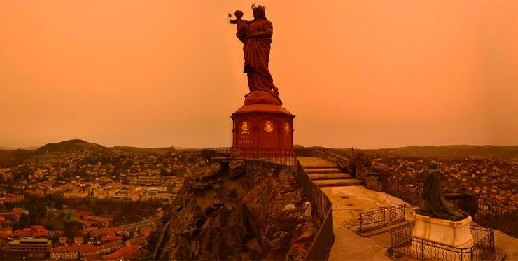 Небо в Париже стало оранжевым. Антициклон принес туда песок из Сахары