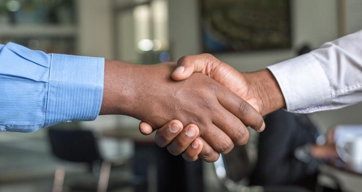 Почему рукопожатия и объятия полезны для людей