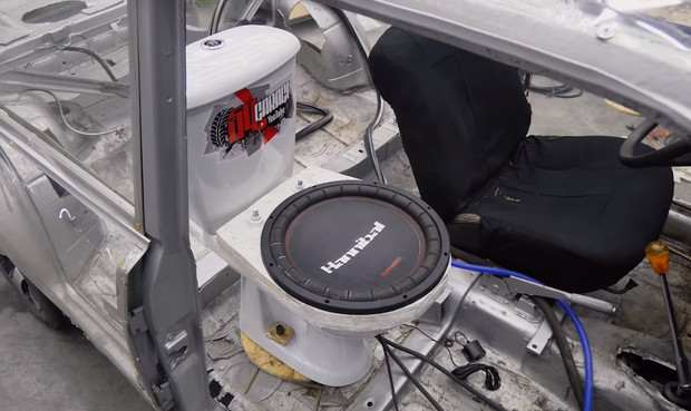 Дикий тюнинг по-русски мужики поставили сабвуфер из унитаза в автомобиль (видео)