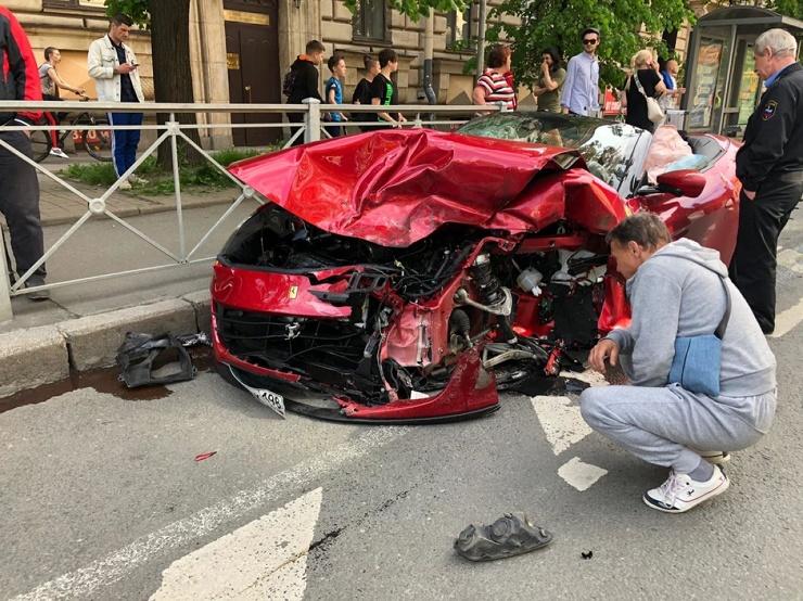 Авария Ferrari и такси в Петербурге попала на видео  фото  видео