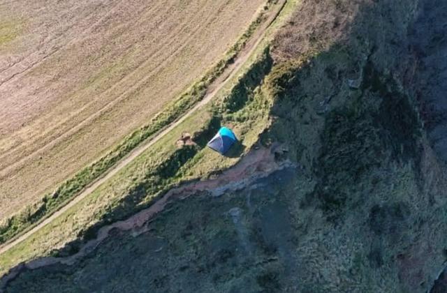 Семья разбила палатку на краю 85-метрового обрыва