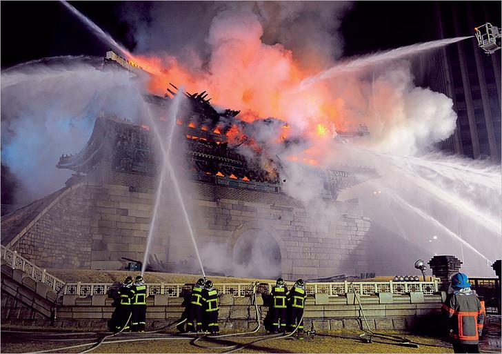 Горит и показывает 11 фотографий пожаров с 11 историями