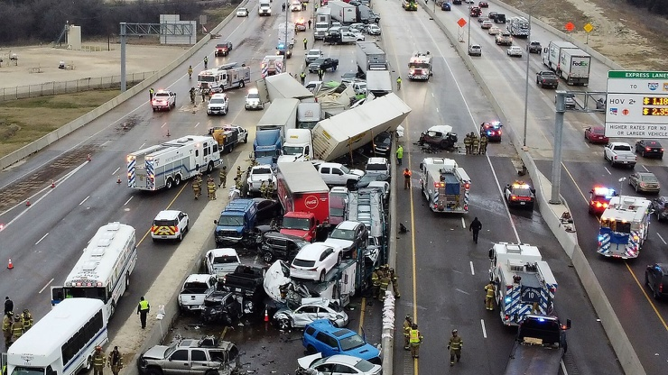 В США больше 100 машин столкнулись из-за обледенения дороги. Десятки человек пострадали   фото  видео