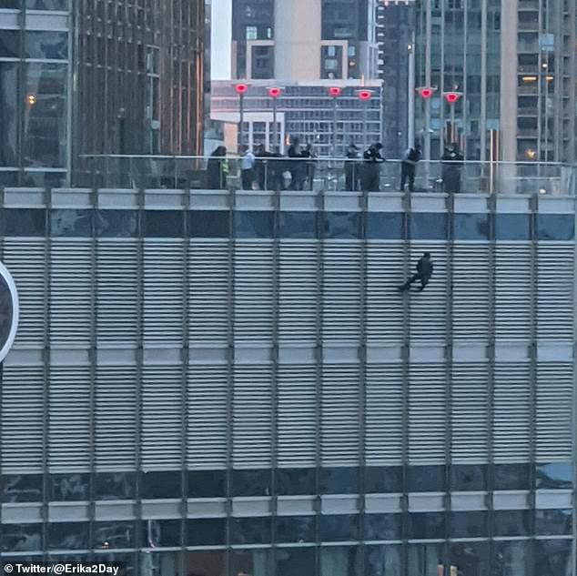 В Чикаго неизвестный более 13 часов провисел на небоскребе Trump Tower, требуя беседы с президентом США (видео)