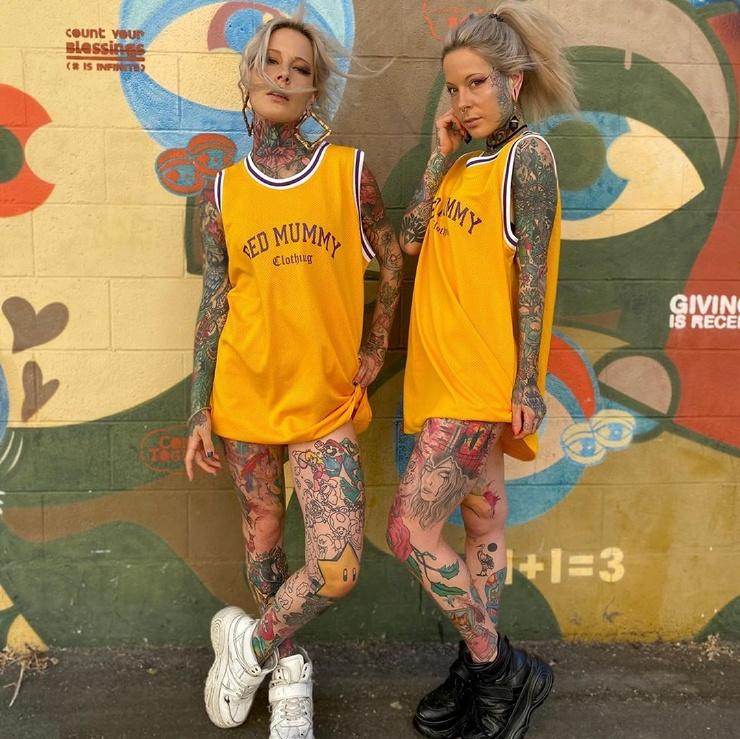 Татуированные близняшки из Германии  фото  видео