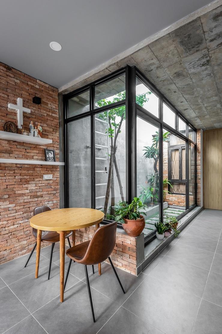 Узкий дом с тремя зелёными пространствами во Вьетнаме (33 фото)