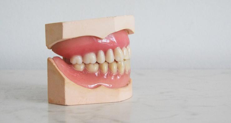 Почему зубы у всех разного цвета