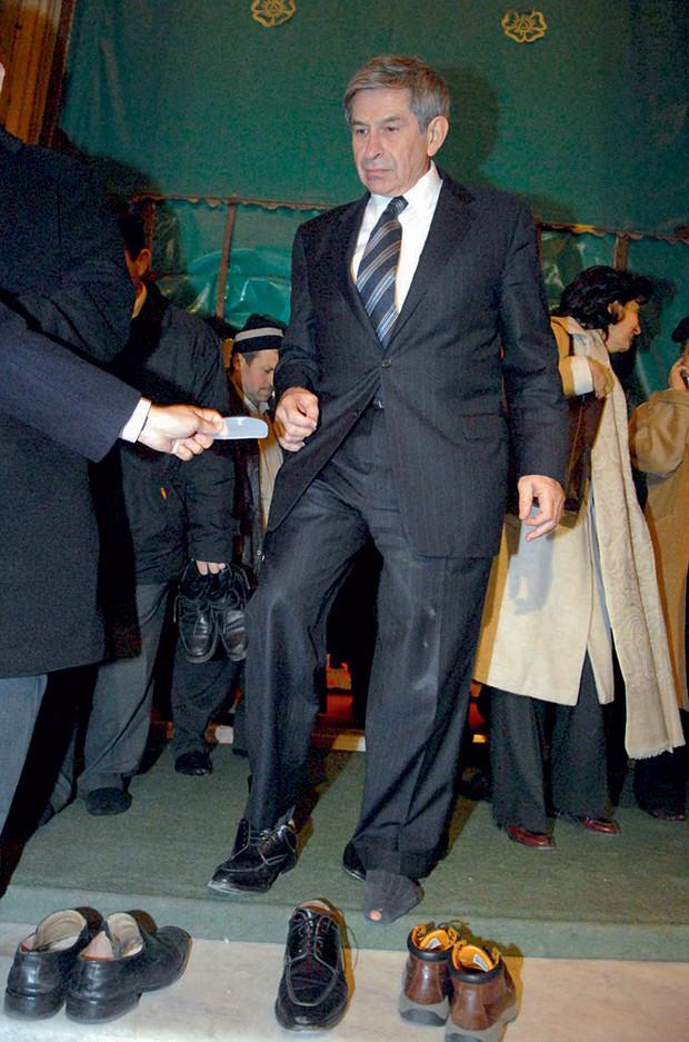 Президент в дырявых носках и еще 9 конфузов, случившихся с сильными мира сего (9 фото)