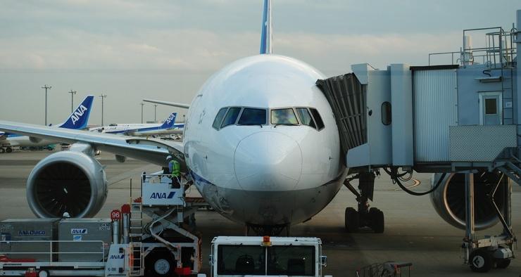 Почему пассажиры садятся в самолёт с левой стороны