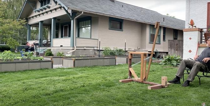 Соседи соорудили пивную катапульту, чтобы победить социальное дистанцирование (видео)