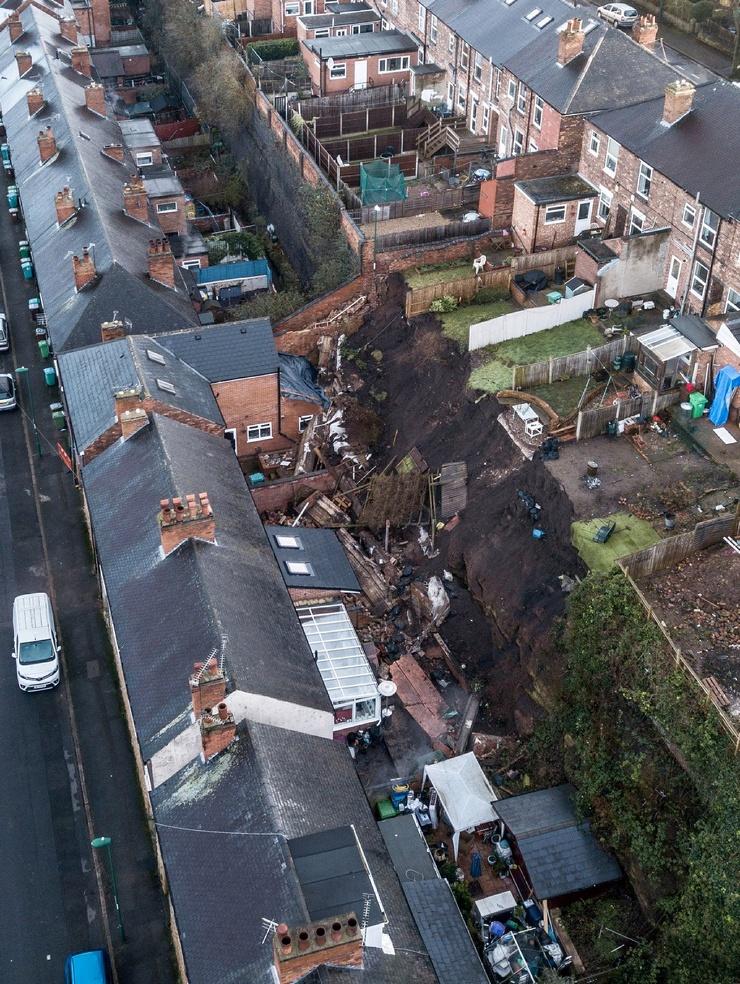 В Ноттингеме эвакуированы семьи из домов оползень привел к обрушению 21-метровой стены